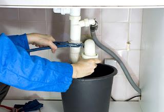 Desatascar la bañera: consejos