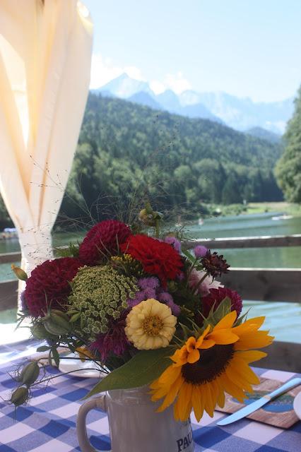 Floßfahrt mit Alpspitz-Blick - Bunte Wiesenblumen-Hochzeit im August, Riessersee Hotel Garmisch-Partenkirchen, Bayern, Hochzeitslocation, Wedding in Bavaria, wild flowers wedding scheme
