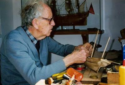 Manuel Tobella tallando