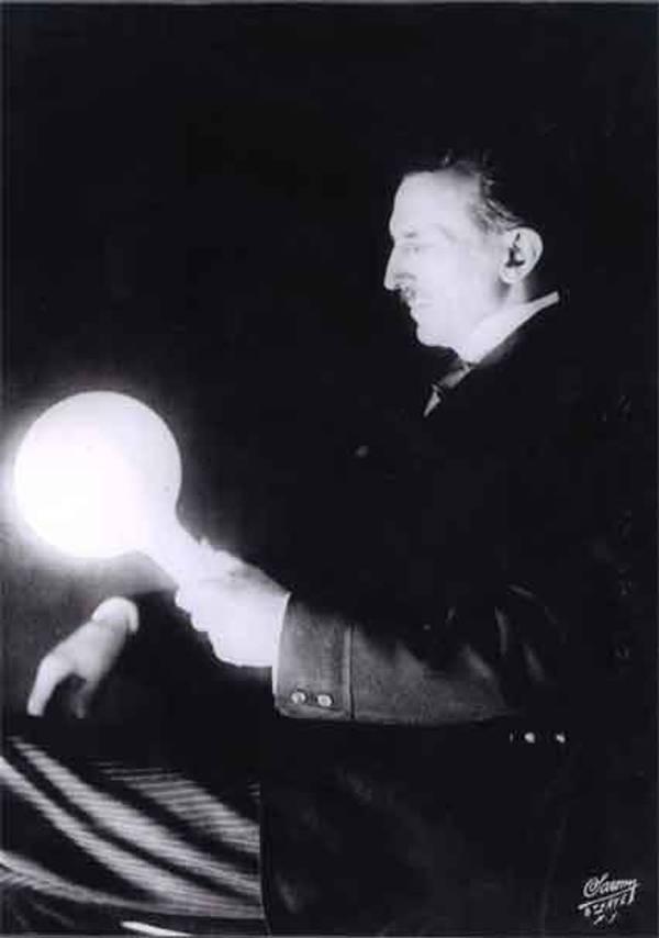Esta imagen muestra una bombilla llena de gas, que Tesla desarrolló en la década de 1890. Medio siglo más tarde las lámparas fluorescentes entraron en uso. Tesla estaba muy por delante de su tiempo.