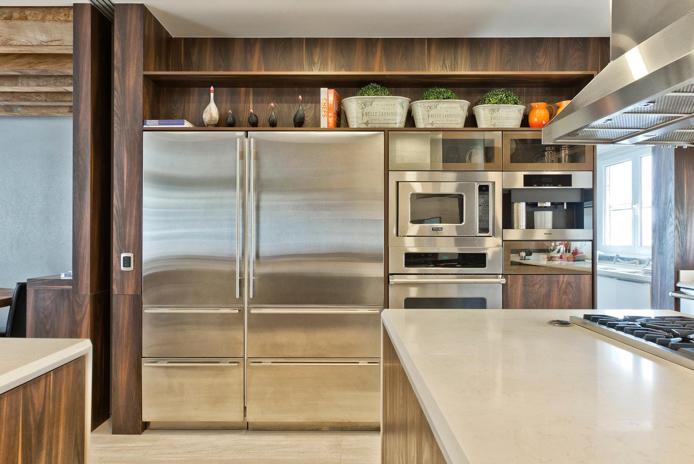 Cozinha com churrasqueira integrada decorada com madeira e mármore  #A86323 1500 1001
