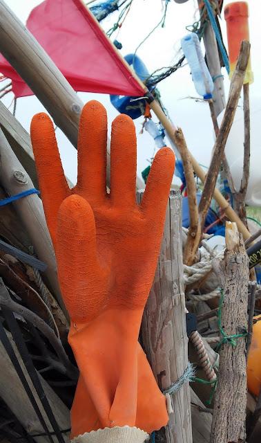 naherholung hamburg: strand am meer auf sylt, plastikhandschuh
