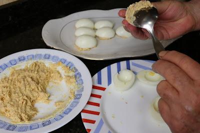 Preparación de huevos rellenos con atún y mayonesa