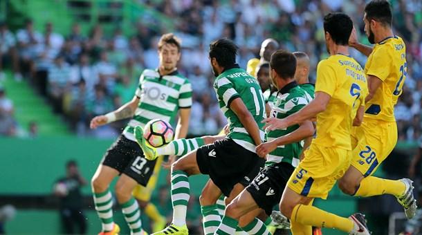 Em clássico polêmico, Sporting vence FC Porto de virada