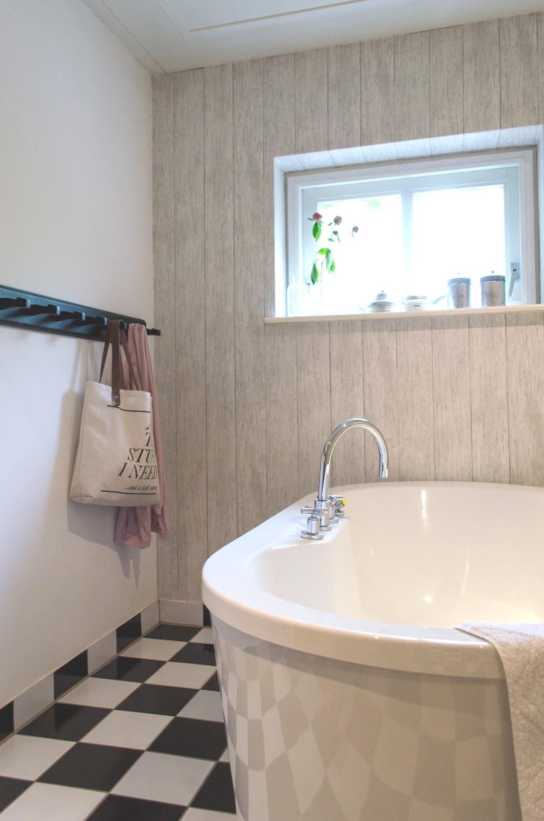 mignon : behangen op de badkamer!?, Badkamer