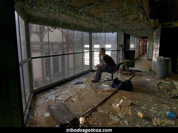 sentado em uma sala suja da empresa abandonada
