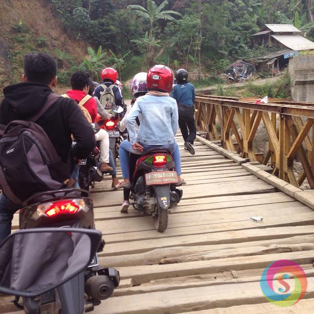 Jembatan curam menuju Leuwi Hejo