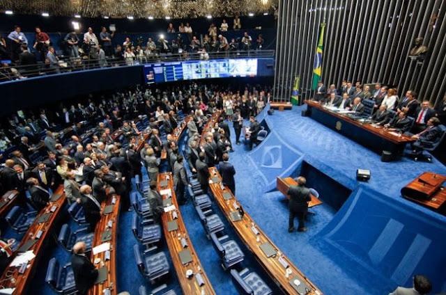 A base do governo Temer acertou a aposta feita ontem (segunda, 28) sobre o resultado da votação da proposta que limita o gasto público por 20 anos, alterando o regime fiscal brasileiro. Governistas previram que teriam mais de 60 votos pela aprovação do texto, e conseguiram o placar de 61 votos a 14. Além de nove senadores da bancada do PT, votaram contra a proposta João Capiberibe (PSB-AP), Lídice da Mata (PSB-BA), Kátia Abreu (PMDB-TO), Randolfe Rodrigues (Rede-AP) e Vanessa Grazziotin (PCdoB-AM).