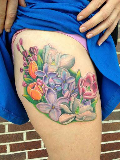 Louts flor com flor do lírio tatuagem na menina coxa