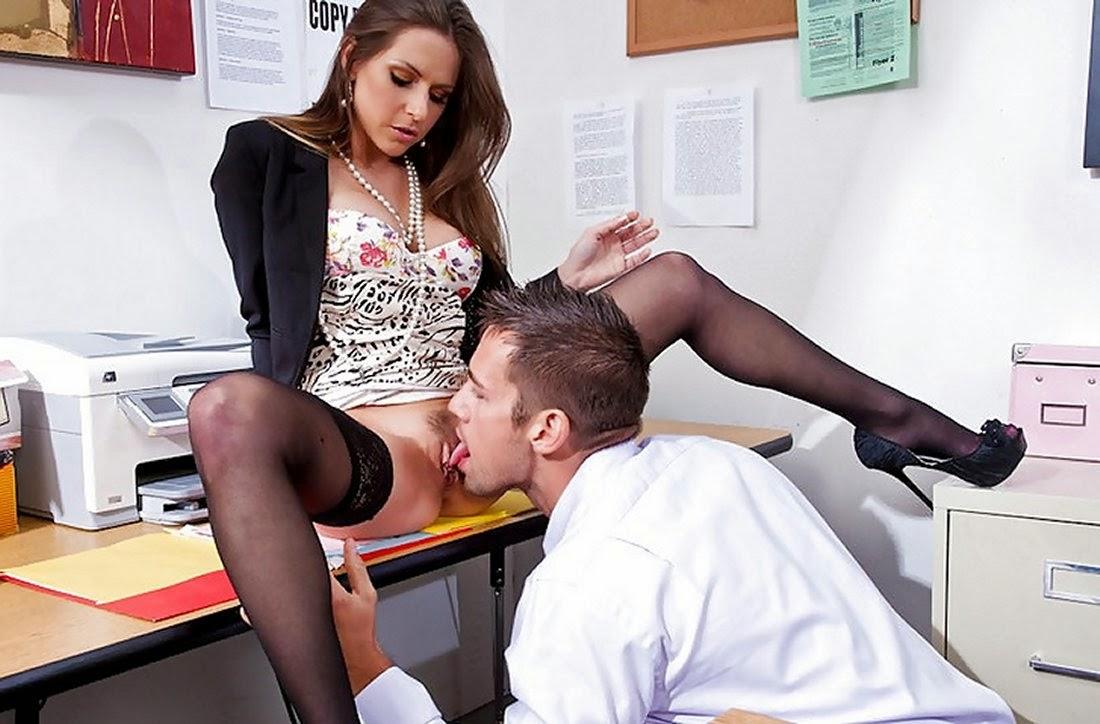 Лижет секретарше онлайн