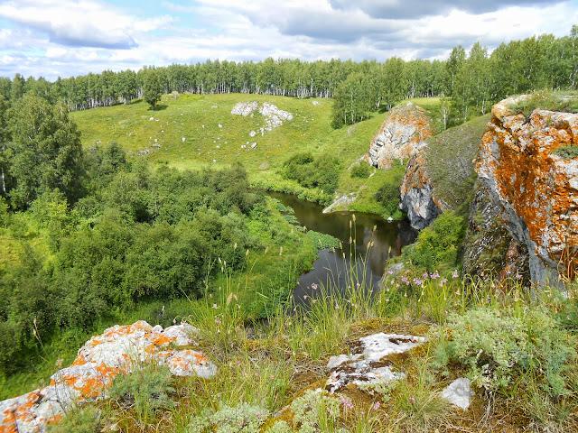 Отвесные скалы у реки Багаряк и Зотинской пещеры
