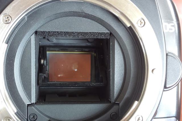 Debu yang terlihat pada sensor kamera DSLR