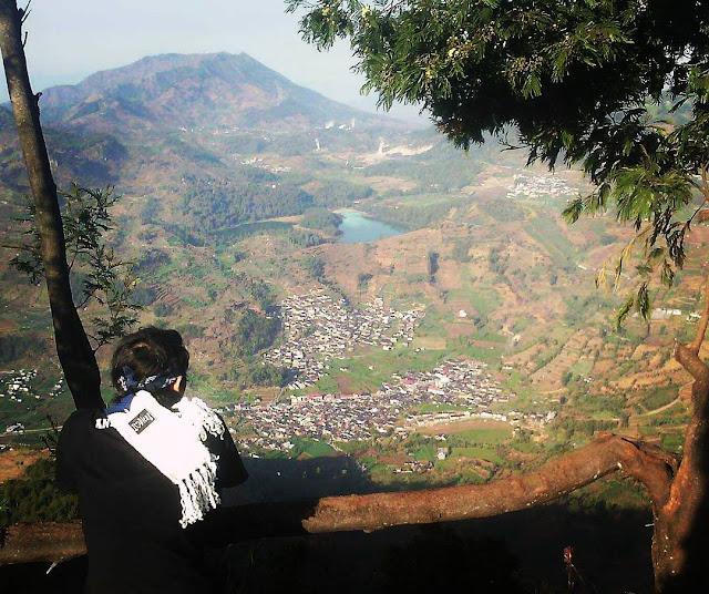 foto view telaga warna dari puncak gunung prau
