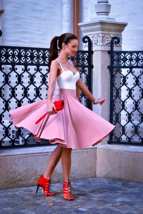 zapatos rojos con falda