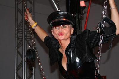 Dómina Zara en una sesión BDSM