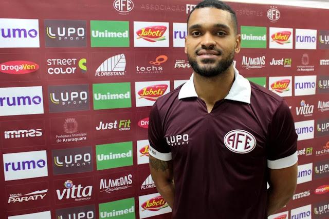 Ex-Paraná e Atlético-GO, Thiago Santos reforça Ferroviária no Paulistão