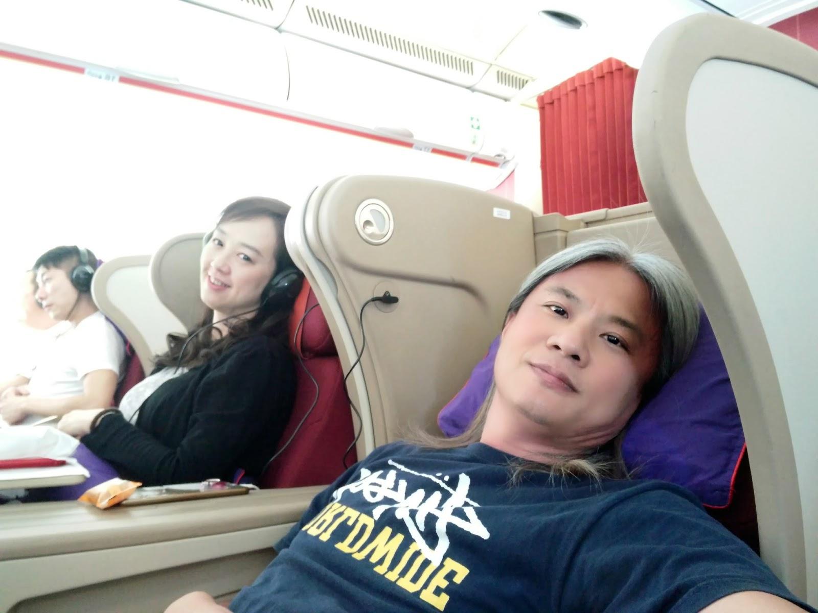黑老闆說︱香港航空A330-300商務艙_吃飽喝足後擺平睡午覺。