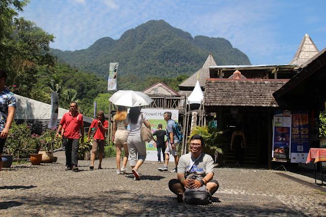 Suasana di Sarawak Cultural Village