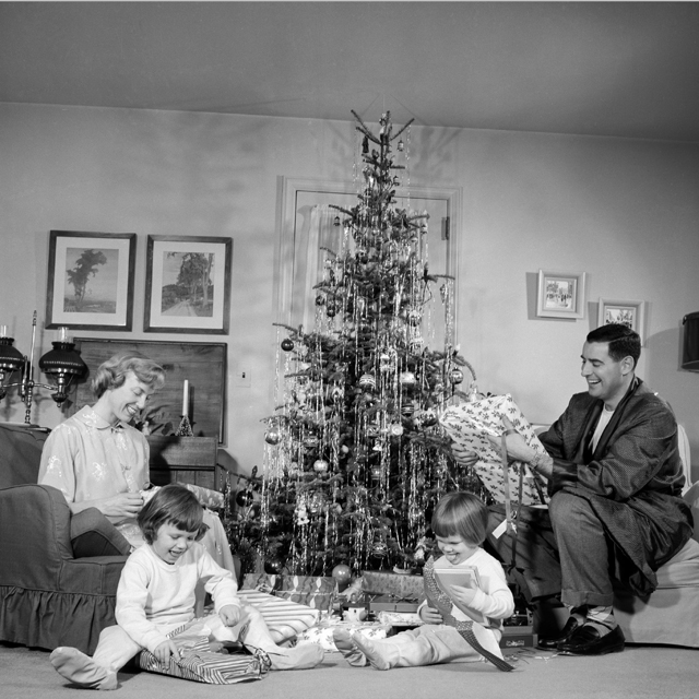 18 Vintage Christmas Photos From The 1940s And 1950s That