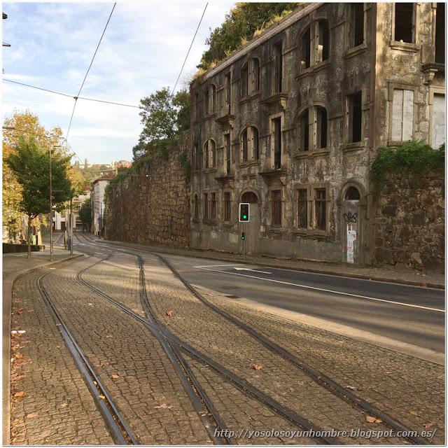 calle empedrada y raíles de tranvía aguantando el tiempo
