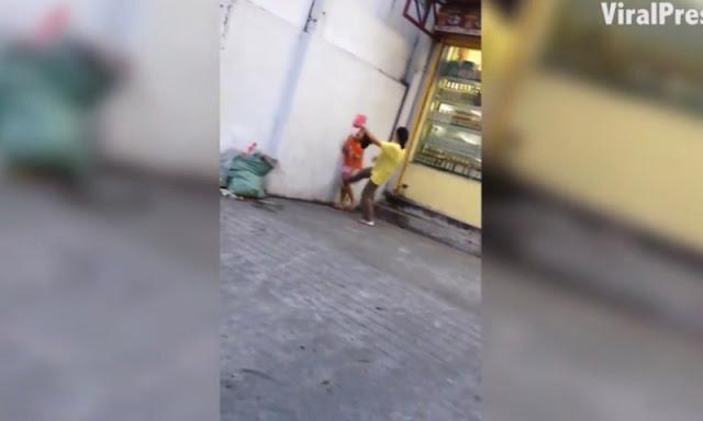 Madre patea a su hija porque no vendió suficientes flores en la calle