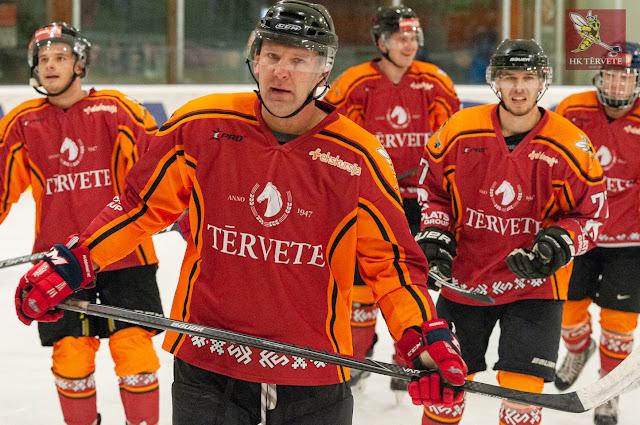 Hokejisti atslābināti slido uz komandas soliņu