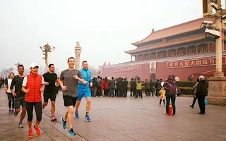 Mark Zuckerberg chạy bộ ở Thiên An Môn