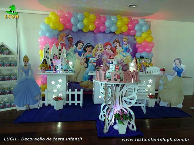 Decoração de mesa temática infantil provençal simples tema das Princesas da Disney para festa de aniversário feminino
