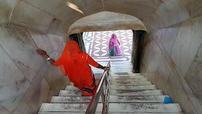 donne dai vestiti colorati