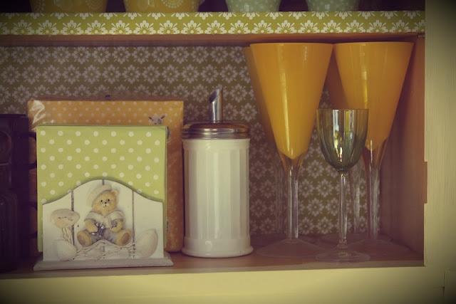 astiakaappi, astiat, mukit, lasit, servetit, lahjapaperi