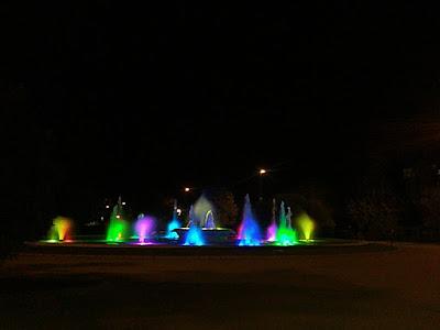 Parque grande de Zaragoza fuentes con luces de colores