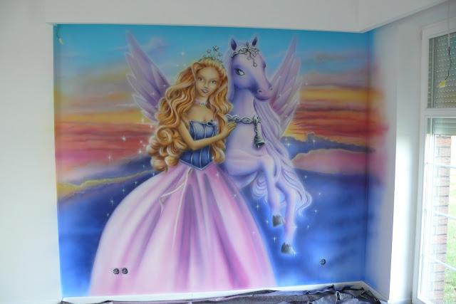 Malowanie obrazu na ścianie w pokoju dziewczynki, malarstwo ścienne,