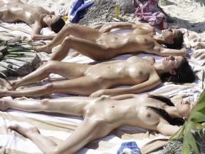 Tomando sol en una playa nudista