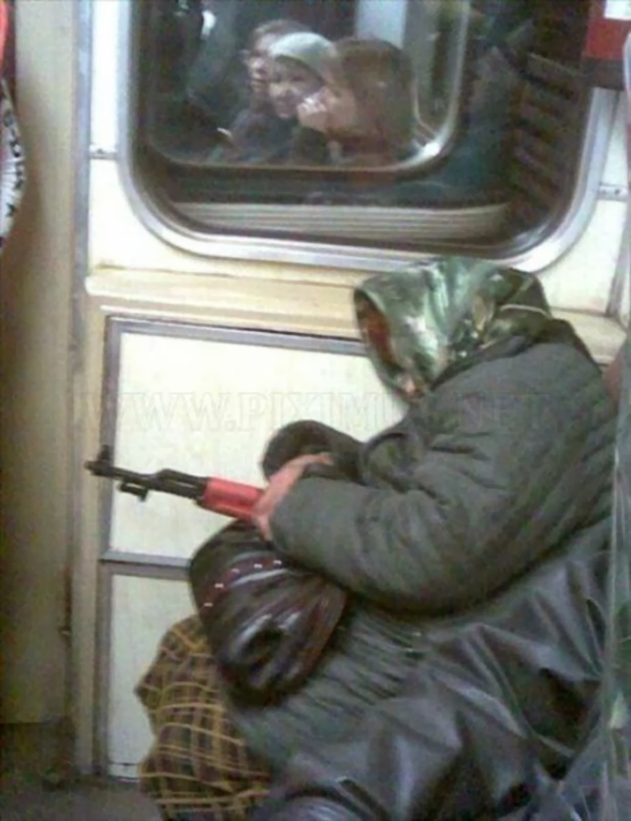 9 Foto Konyol Penumpang Di Angkutan Umum Yang Akan Membuatmu