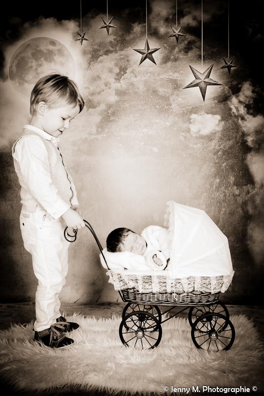portrait bébé avec grand frère en sépia