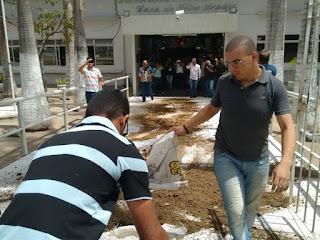Manifestantes jogam esterco em Câmara de Vereadores de Campina Grande após reajuste