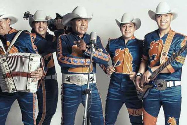 Grupo Bronco Integrantes con Traje Azul