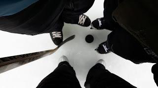 Patins à glace, trois patineurs, bâton de hockey, rondelle