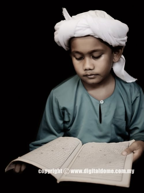 foto anak kecil membaca alqur'an