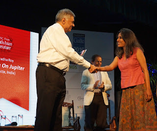 Ranil Wickremesinghe, Prime Minister of Democratic Socialist Republic of Sri Lanka presents the DSC Prize for South Asian Literature 2016 to Anuradha Roy.