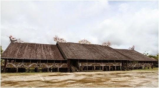 Rumah Adat Lamin Asal Suku Dayak Kalimantan Timur