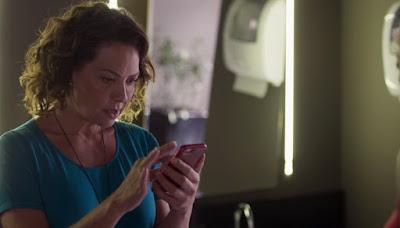 Nana (Fabiula Nascimento) ficva chocada com a prova que Gisele (Sheron Menezzes) mostra — Foto: Globo