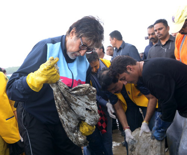 Amitabh Bachchan Cleans Versova Beach and Support towards the Cleanliness Drive