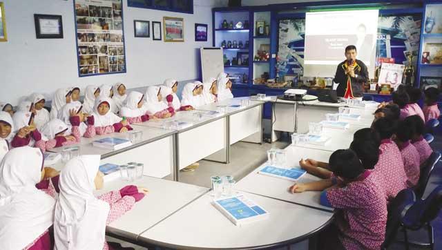 Belajar tak harus melulu di dalam kelas. Banyak sekolah mulai menerapkan proses belajar di luar kelas. Selain belajar lebih menyenangkan, anak-anak juga diedukasi ke dunia nyata.