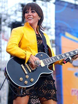Foto de Alejandra Guzmán con su guitarra en el escenario