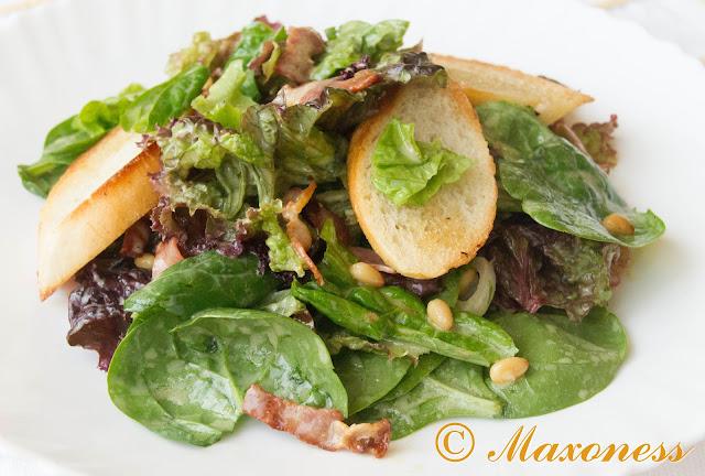 Салат из шпината с беконом и кедровыми орешками от Джейми Оливера
