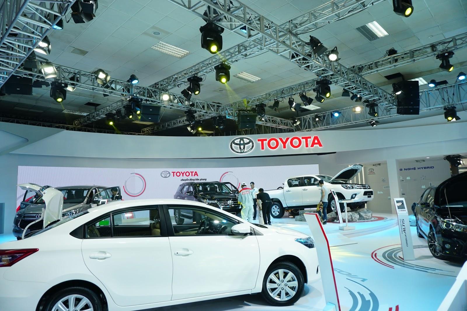 Gian hàng Toyota với Hilux mới và Fortuner mới