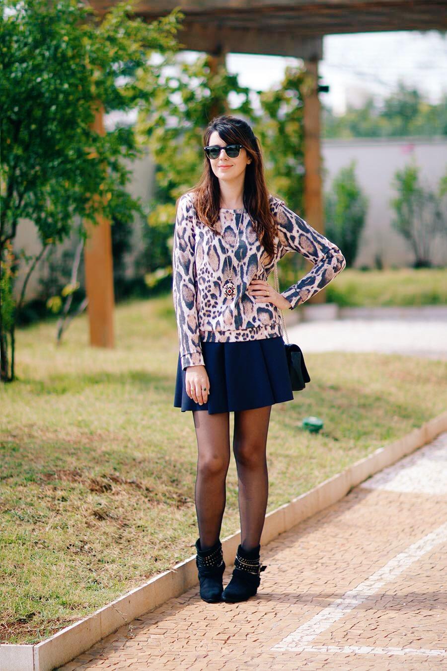 bota feminina-roupas femininas-blog de moda-fashion blog-moda feminina-bolsa tiracolo-bota-saia rodada-saia preta-bolsa de corrente-bota com tachas-saia curta-moletom-Óculos de sol-moda feminina