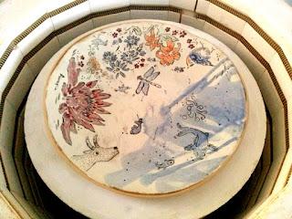plat céramique fait décoré main la mer poissons libellule fleurs oiseaux piatto in ceramica fatto decorato a mano il mare pesci polipo capra pettirosso fiori libellula