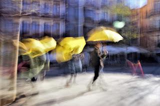 Guias turisticos Toledo, paraguas amarillos, fotografía impresionista, figuras fantasmales,